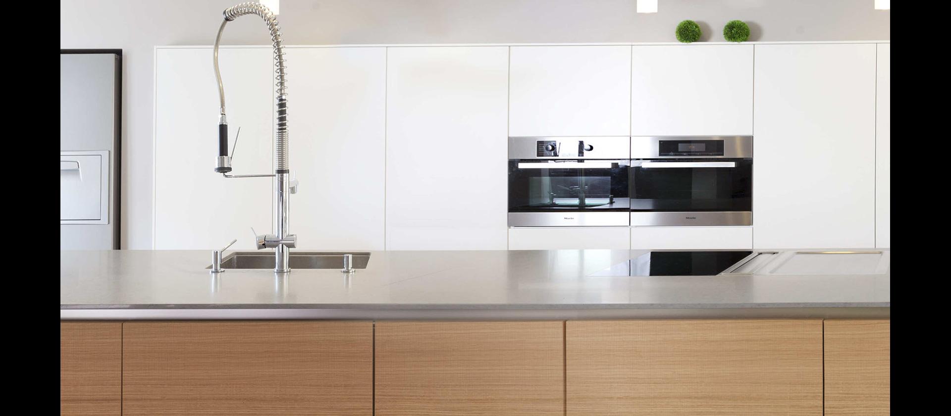 MTB-Küche Eiche, Lack weiss, Mineralwerkstoff