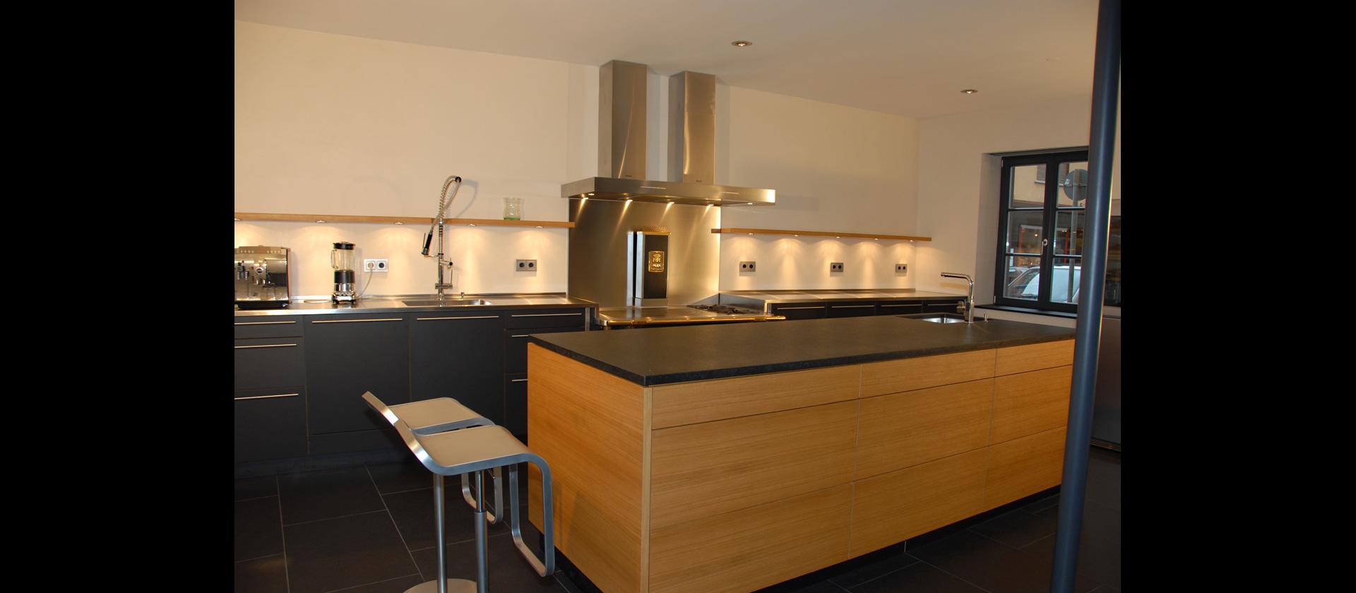 MTB-Küche in Eiche und Lino schwarz