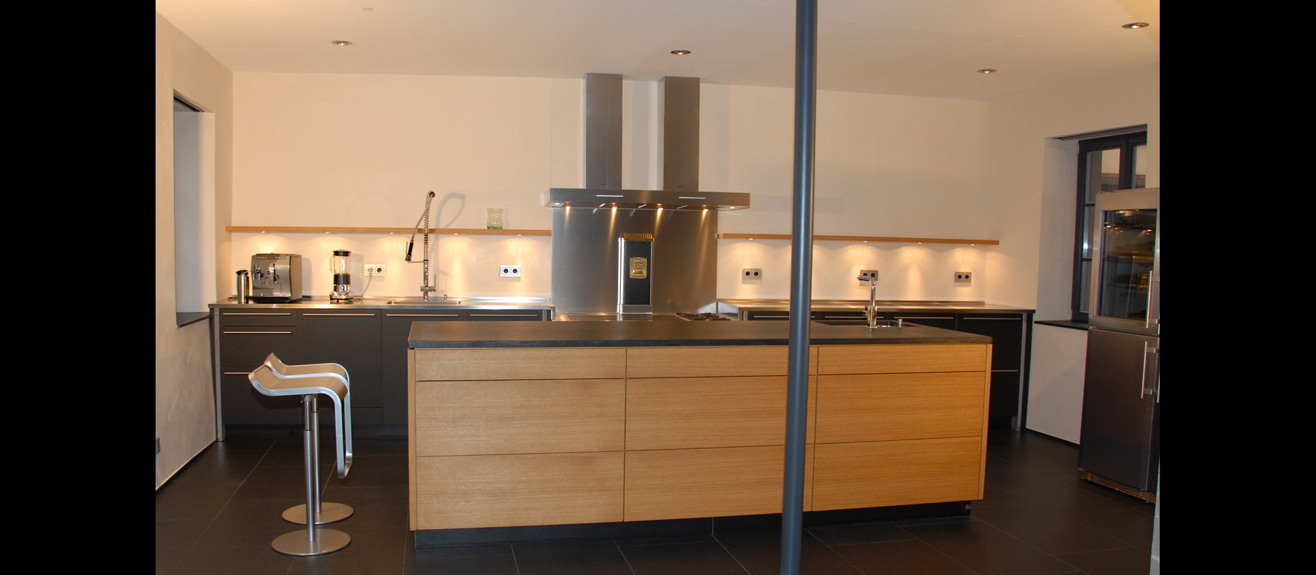 MTB Küche in Eiche und Lino schwarz