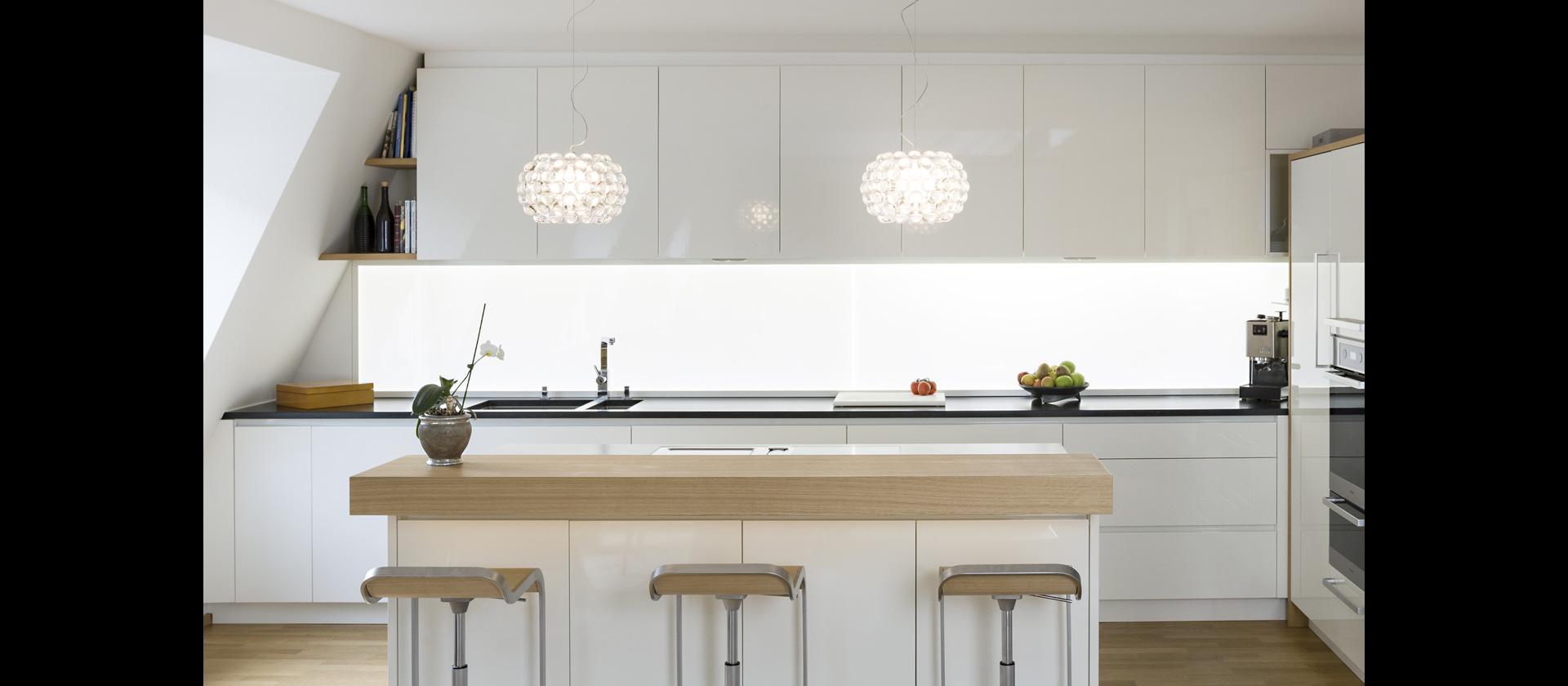 mtb k che im wohnraum weiss gl nzend. Black Bedroom Furniture Sets. Home Design Ideas