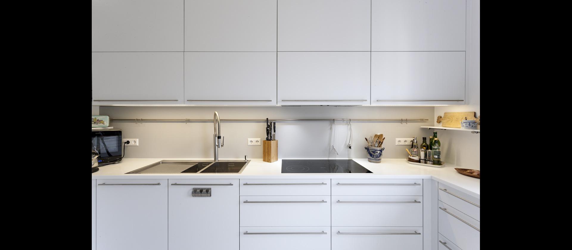 mtb k che in weiss aus mineralwerkstoff mit durchreiche. Black Bedroom Furniture Sets. Home Design Ideas