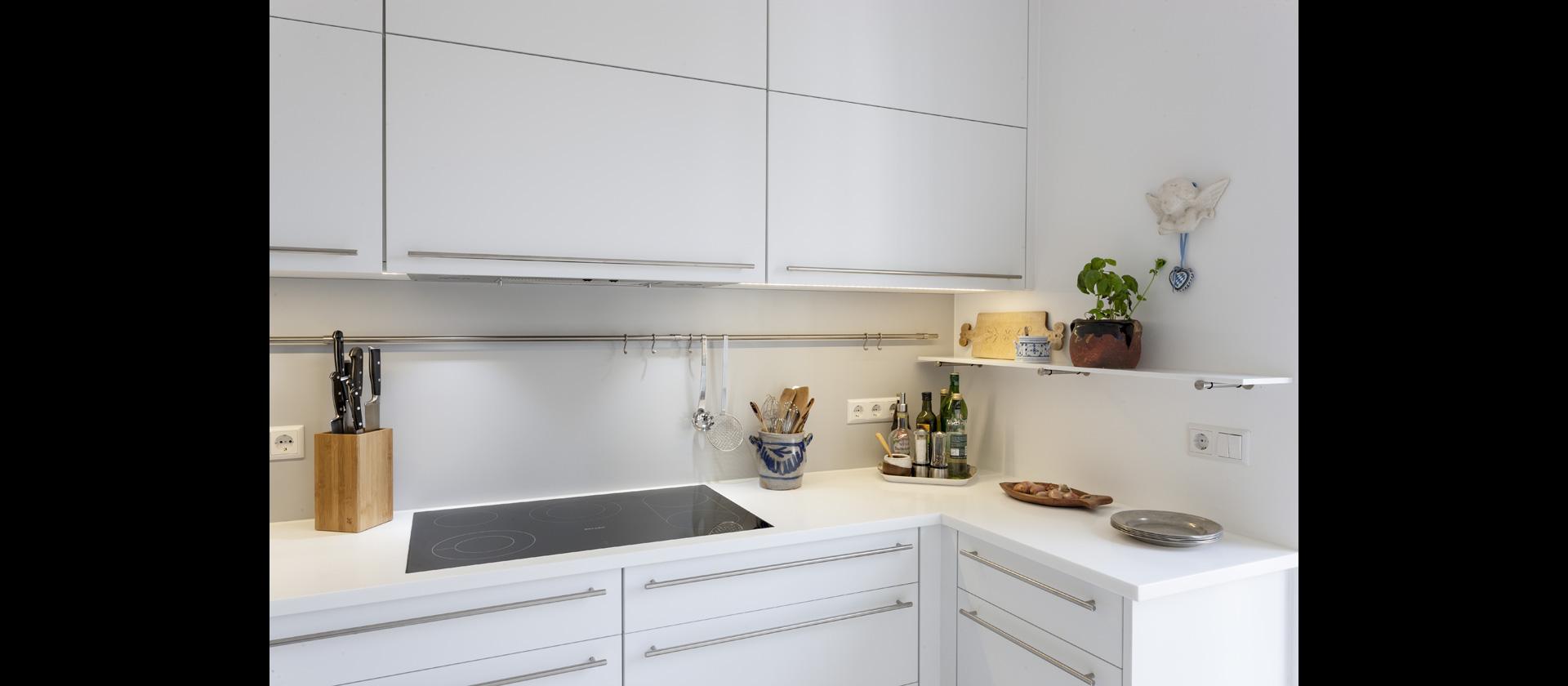 MTB-Küche in weiss aus Mineralwerkstoff mit Durchreiche