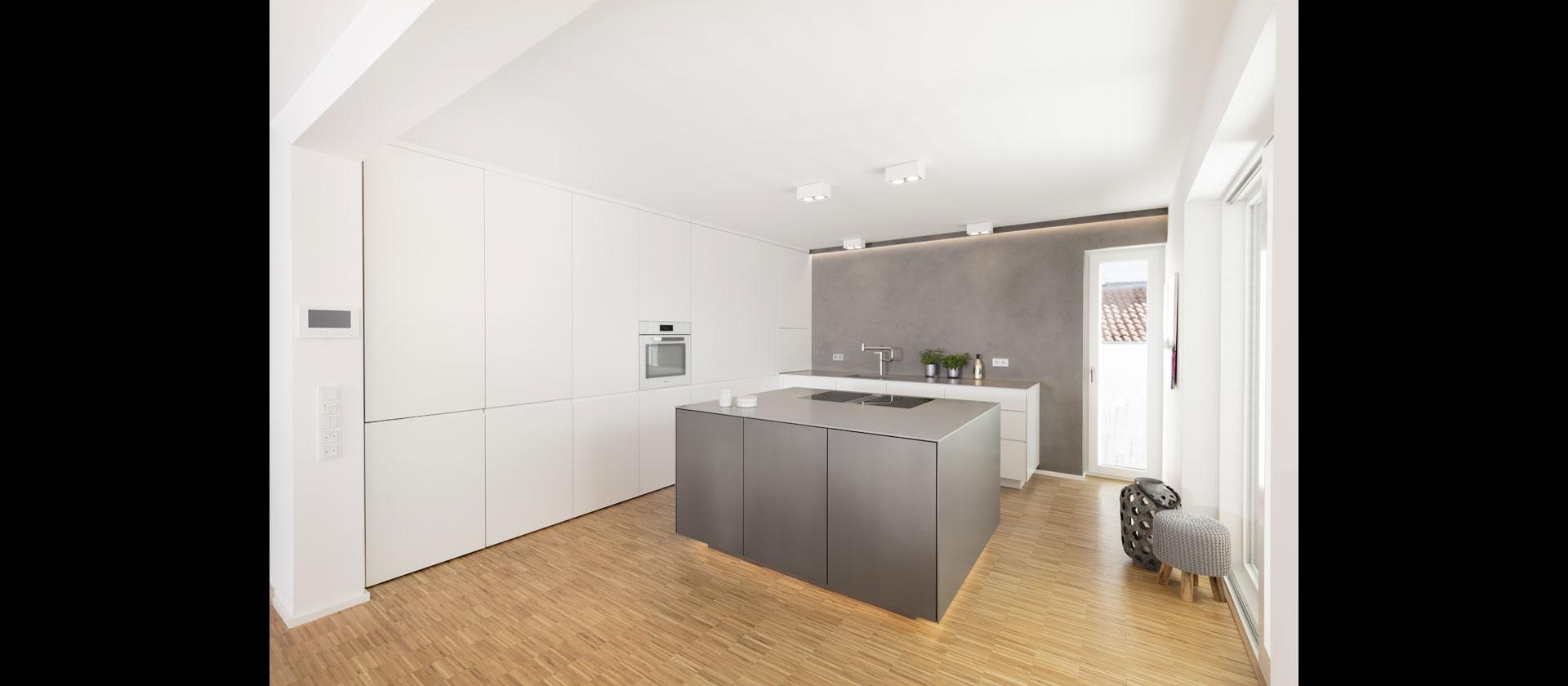 offene k che mit block und esstisch. Black Bedroom Furniture Sets. Home Design Ideas