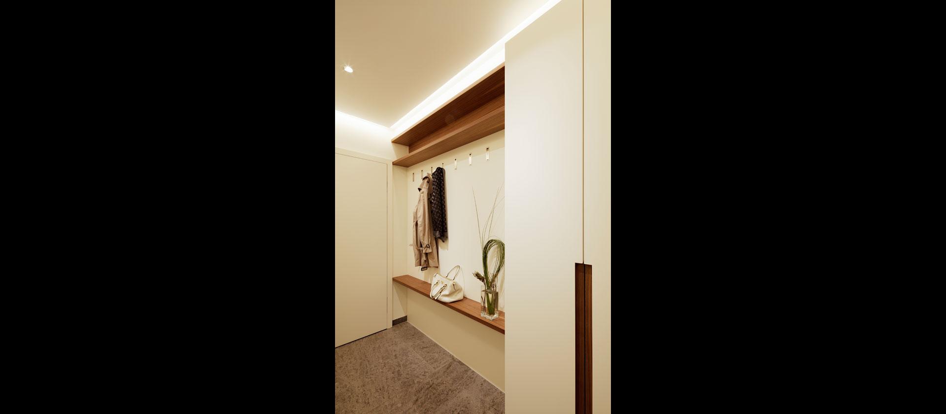 Küche übergehend in Garderobe und Esszimmer